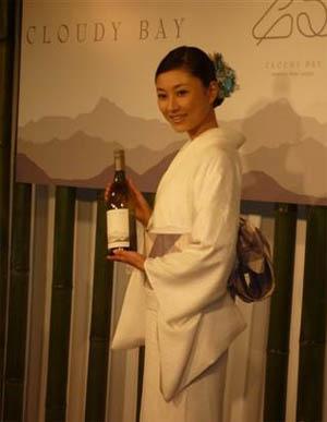 菊川怜优雅浴衣宣传红酒 自创菜品大秀厨艺