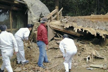 冈山县一仓库因军机低空飞行倒塌  疑为美军军机