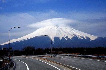 日本富士山受地震影响  内部活动加剧