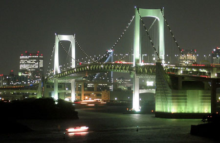 身着彩衣的日本彩虹大桥