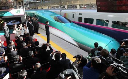 """日本新干线最快的列车""""隼""""号投入运营"""