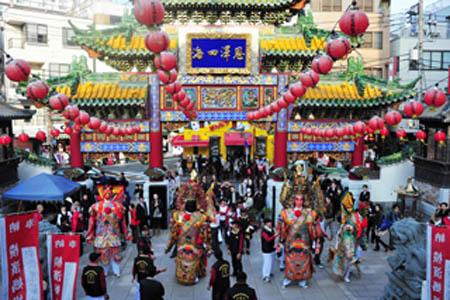 横浜中华街祭祀妈祖并为东北灾民募捐