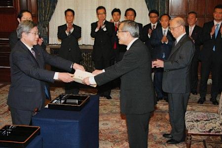 两位诺贝尔化学奖得主获日本众参两院表彰