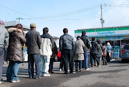 【东日本地震】民众前往便利店购买食物等用品