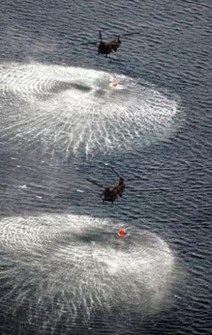 陆上自卫队直升机从海面取水倾洒核电站