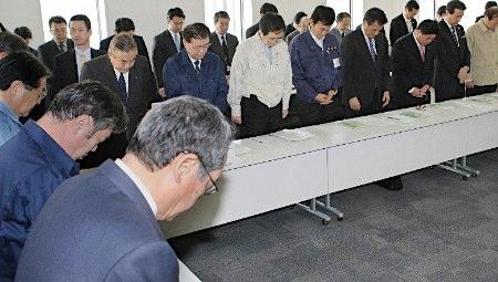 地震发生一周 朝野各党为死者默哀