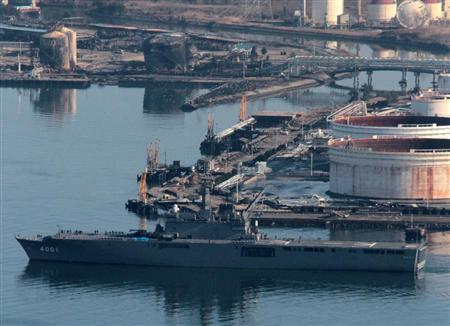自卫队运输舰携带救援物资抵达仙台港