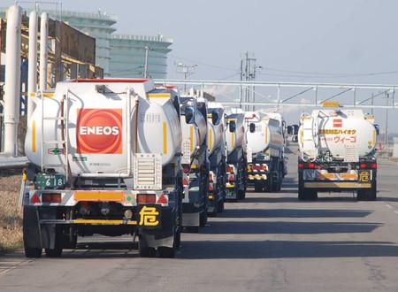 各地油罐车开往新潟市为灾区支援燃料
