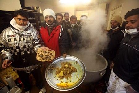 数名在日巴基斯坦人赶赴灾区为受灾者做饭打气