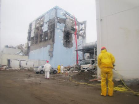 东京电力使用水泥输送机进行喷水作业