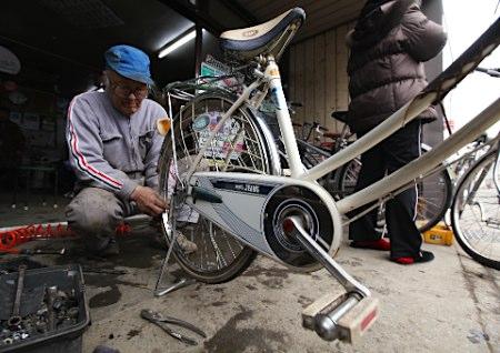 73岁老人修理上千台自行车 为灾区提供移动手段