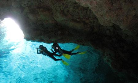 享受梦幻一刻 潜水青色洞窟