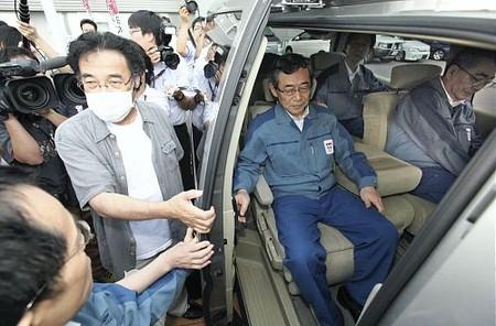 东京电力社长到访福岛县 避难居民拦车抗议