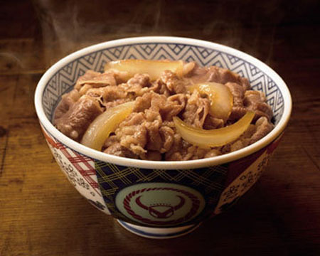 在日本品尝吉野家的牛肉饭