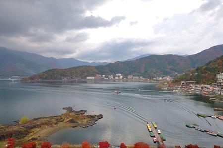 岸势犬牙差互 富士山下的河口湖