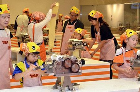 杯面博物馆在横滨开馆 前首相也来排队参观