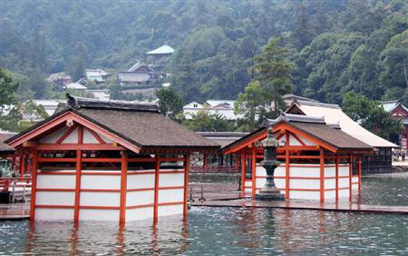29日,海潮水淹世界文化遗产严岛神社