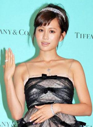 筱原凉子出席珠宝发布会 佩戴首饰总额过亿