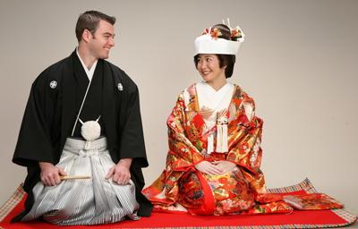 中国新婚夫妇参加日式传统婚礼