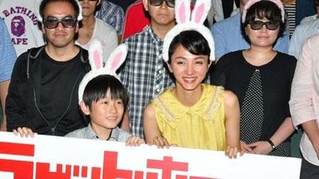 """满岛光卖萌装嫩 头戴""""兔耳朵""""出席《恐怖兔子3D》首映礼"""