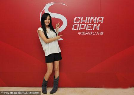 2011年中国网球公开赛即将揭幕 苍井空秀书法为李娜加油