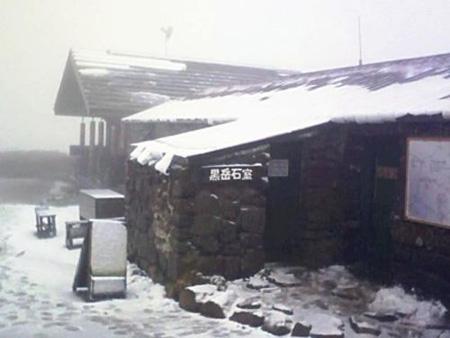 """伴随强台风""""洛克"""" 北海道迎来第一场雪"""
