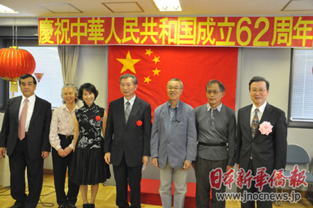 东京新老华侨华人预祝祖国诞辰62周年