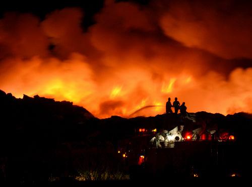 宫城县瓦砾堆积场发生火灾 相关部门动用直升机灭火
