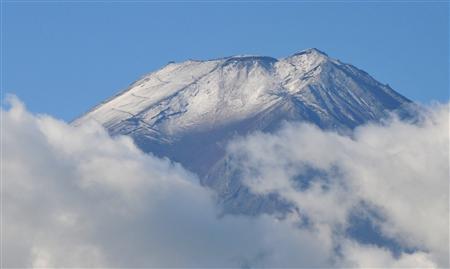 24日晨富士山顶初见积雪