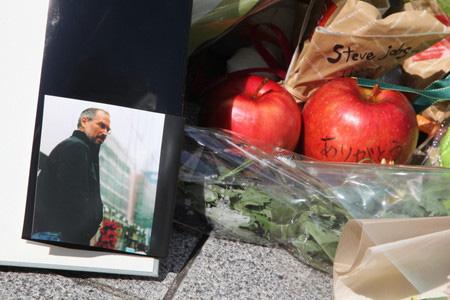 乔布斯去世 日本苹果迷献上鲜花与苹果悼念