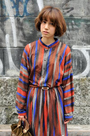 短发女生细节街拍系列(1):复古条纹连衣裙