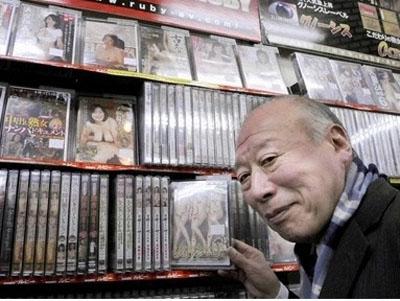 德田重男禁断介护视频_老龄化社会背景下日本色情界的异数——77岁男优德田重男