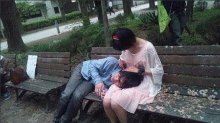 东京大学现女生掏青空店男生枕着大腿女生体堆一耳朵图片