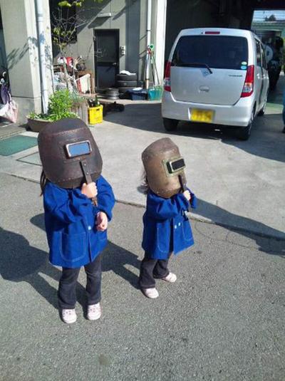 """日本小女孩用电焊面罩看日环食 网友惊呼""""太可爱"""""""
