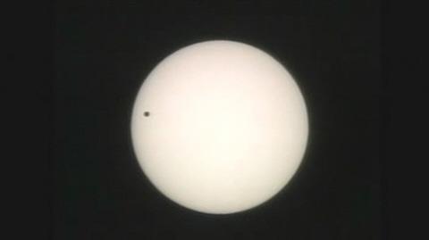 天文奇观金星凌日现天宇 日本全国举头望日