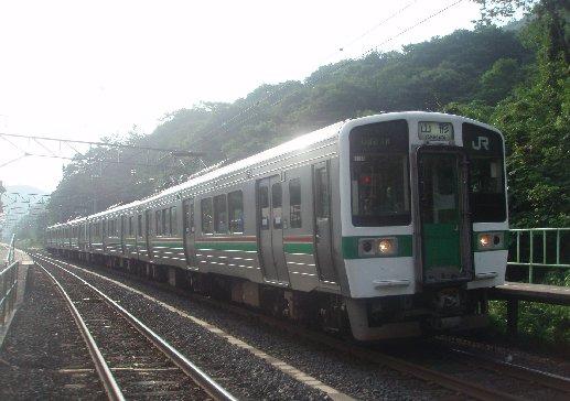 电车祸不单行 JR仙山线列车撞完鹿后又撞熊