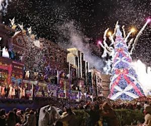 日本环球影城巨型圣诞树刷新吉尼斯纪录