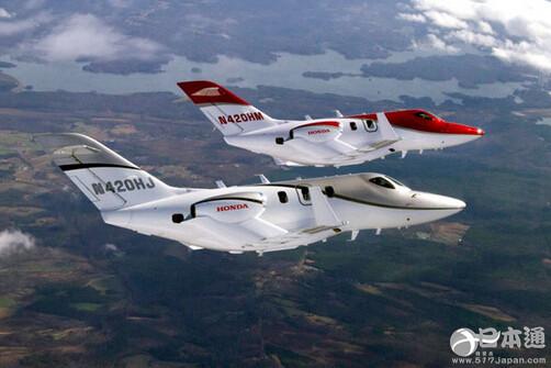本田喷气机机身的颜色以红、白为基调,安置于主翼上方的引擎是其独特之处,飞机的售价为450万美元。机身全长约13米,包括乘务员在内最多可容纳7个人。本田开始着手相关研发是在1986年。本田喷气机从引擎到机身全由本田制造。 随着巴西经济的发展,当地企业高管和富裕阶层等对于小型喷气机的需求日益增长。本田喷气机已在北美和欧洲接下100多架的订单,计划年底前开始交货。(日本通编译http://www.