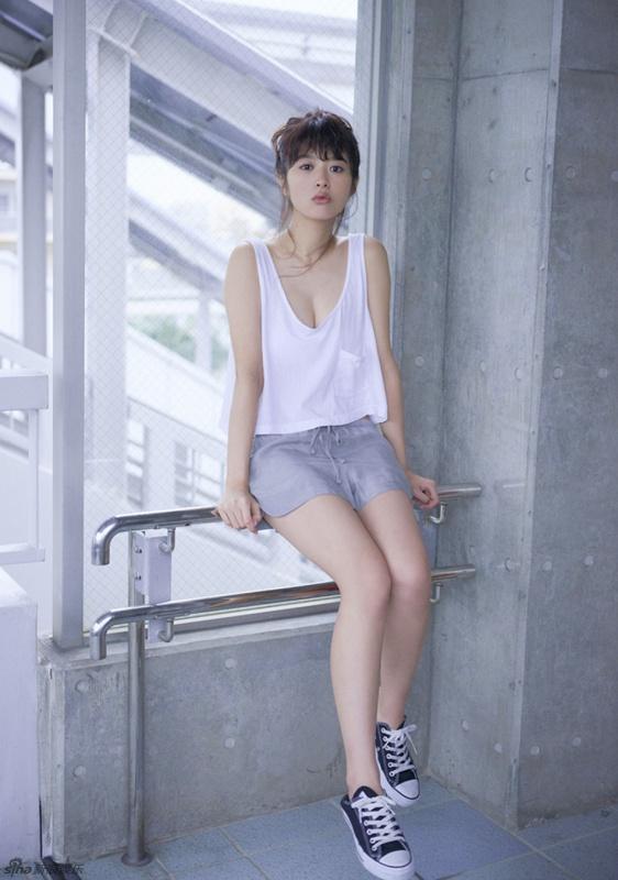 日女星真空穿深v小吊带t恤 慵懒秀事业线-日本娱乐