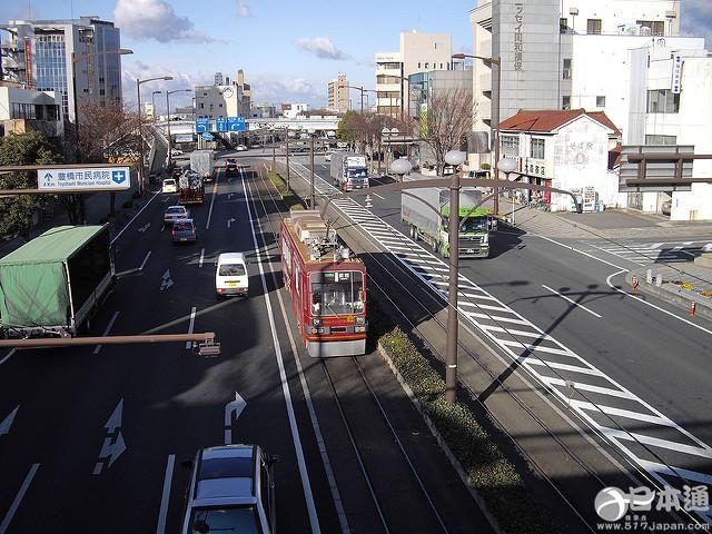 那些拥有路面电车的街道,总让人觉得它拥有一种独特的美。昭和40年代,自家用车普及、地铁投入使用使日本的路面电车一度完全消失了,但是现在由一些想再次确认路面电车魅力的自治区和市民们所兴起的街道复辟运动备受瞩目。  今天将以国土交通局提供的信息为基础,为大家总结至今仍使用路面电车的日本城市。观光的时候可以将路面电车当做你移动的交通工具,快来感受一下和平常不同的车窗外的景色吧。 1.