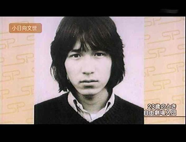 今天是日本老戏骨小日向文世(Fumiyo Kohinata)的63岁生日!1954年1月23日出生于北海道三笠市,身高165cm,毕业于北海道三笠高等学校、东京写真专门学校。  因有志于演艺生涯,小日向文世1977年加入串田和美主持的「自由剧场」。1996年剧团解散后,小日向文世期望在电影电视剧等领域有所突破,但出演的大部分都是一些配角之类的小角色。  直到在2001年1月期放映的木村拓哉主演的富士电视台电视剧《HERO》中,小日向出演的搞笑事务官一角在该剧中大放异彩,其演艺才能被广泛认知后,小日向文世