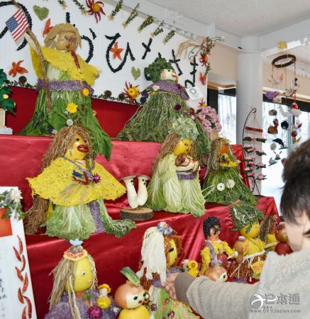 日本青森县八户市展示蔬果制作的女儿节人偶