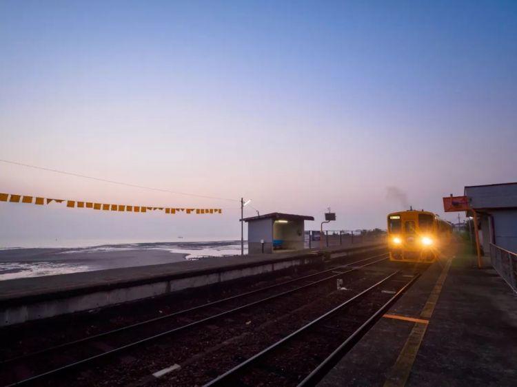 无人岛的幸福3_日本最美无人车站!现实版《千与千寻》的海上列车,仿佛童话 ...