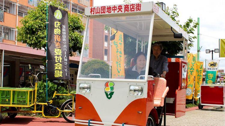 """为拯救高龄""""购物难民"""",日本东京村山住宅区尝试提供免费接送服务"""