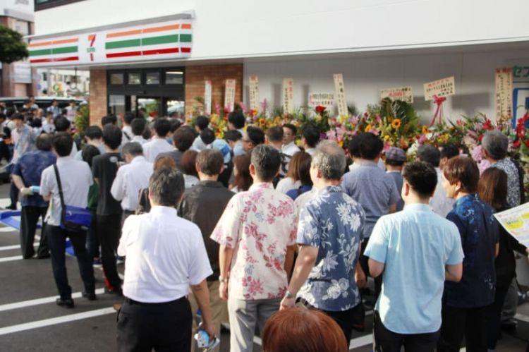 7-11进驻冲绳   现场排起了长队