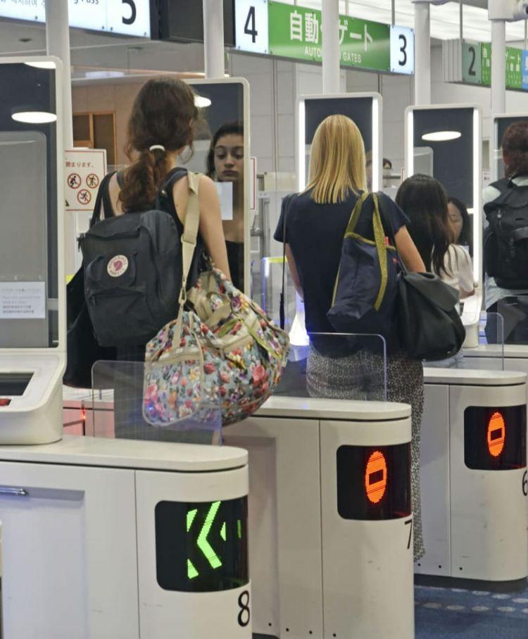 羽田机场启用访日游客出境时的面部识别自动门