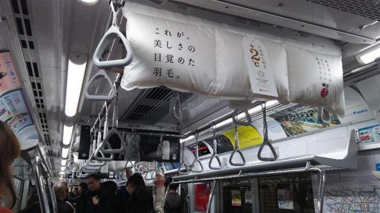 为吸引手机低头族,日本惊现千奇百怪的电车广告