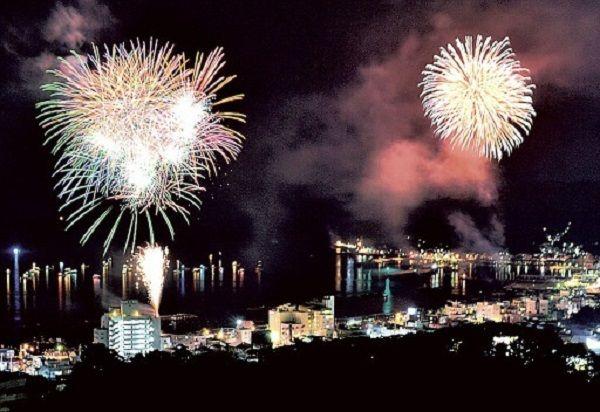 为什么日本的花火大会要在夏天举行?