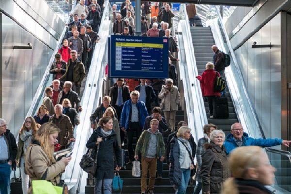 乘扶梯靠右站还是靠左站?日本自动扶梯的安全问题