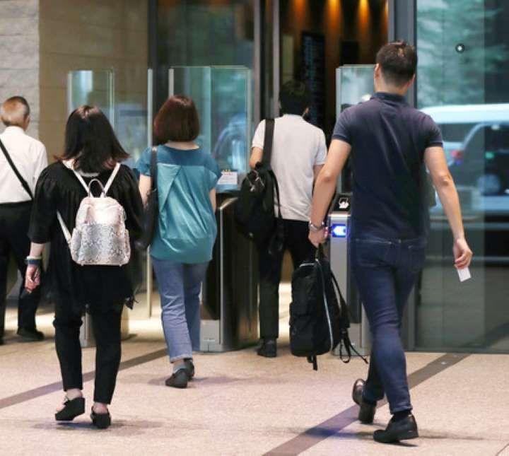 日本三井住友银行将推行工作人员全年服装自由化举措